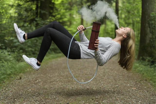 Naine hõljub tehes Hekkpipe vesipiipu
