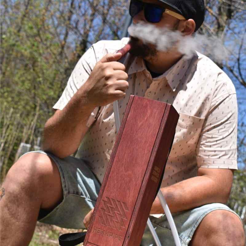 Mees suitsetamas vesipiipu oma tagaaias